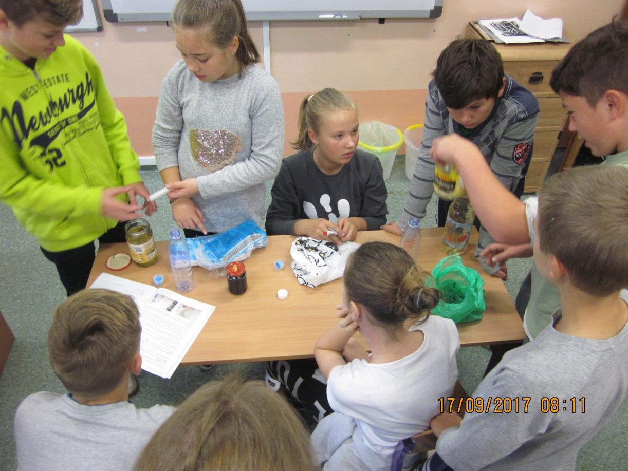 Badacze zanieczyszczenia wód w terenie