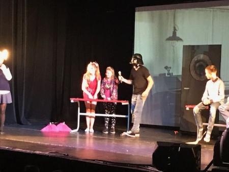 Udział uczniów klas 4-8 w przedstawieniu teatralnym